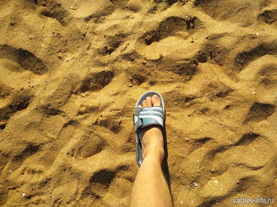 Покрытие берега - песок с ракушками