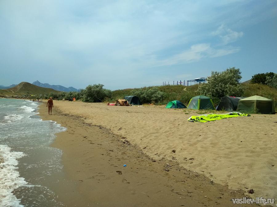 Палатки ставят прямо на пляже Тихой бухты