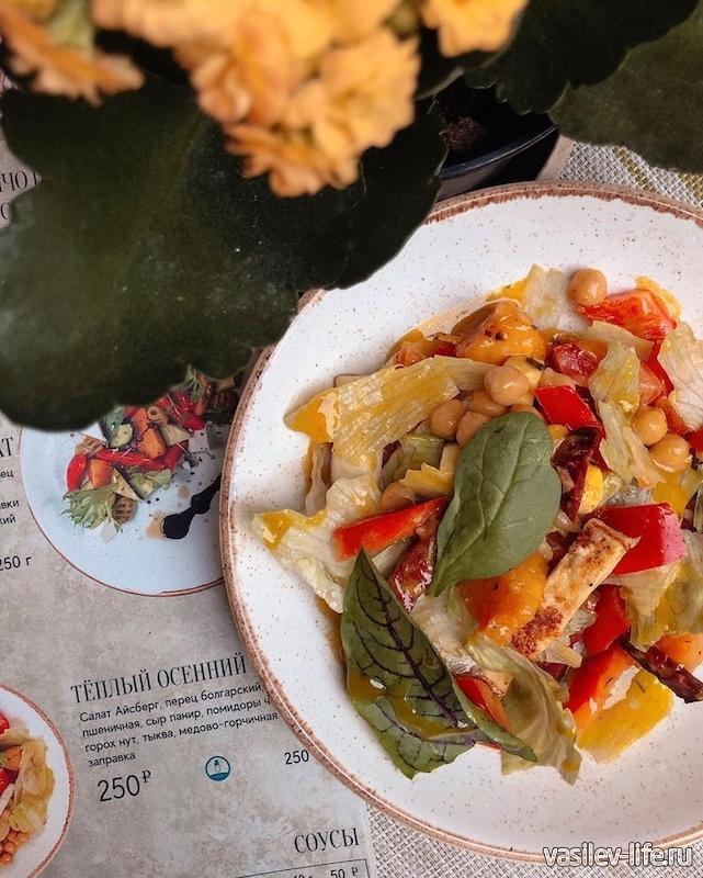 Вегетарианское блюдо в кафе Прасад в Ялте
